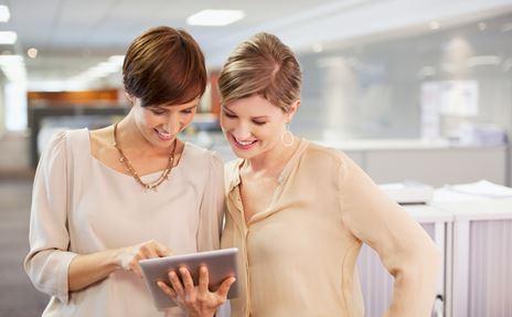 Due donne leggono il DirectGlossary su un iPad