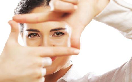 Une femme d'affaires joint ses doigts pour f