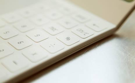 Le clavier blanc d'une calculatrice symbolise le calcul des indemnités.