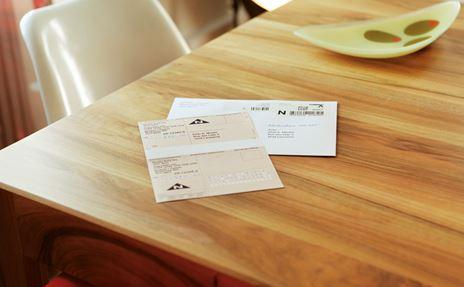 Un envoi contre remboursement posé sur une table.